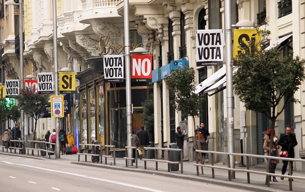 banderolas-vota-si-vota-no-gran-via